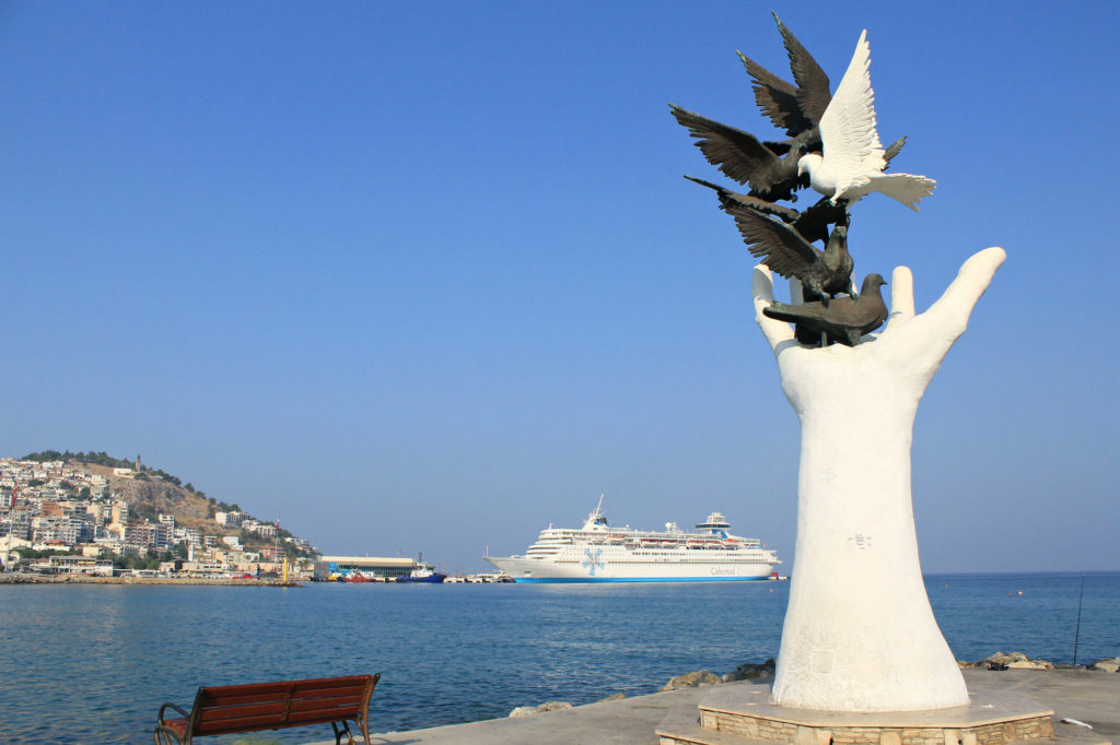 Памятник голубям на набережной птичьего острова (Кушадасы)