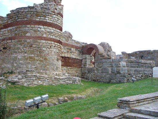 Несебр, Руины крепостных башен