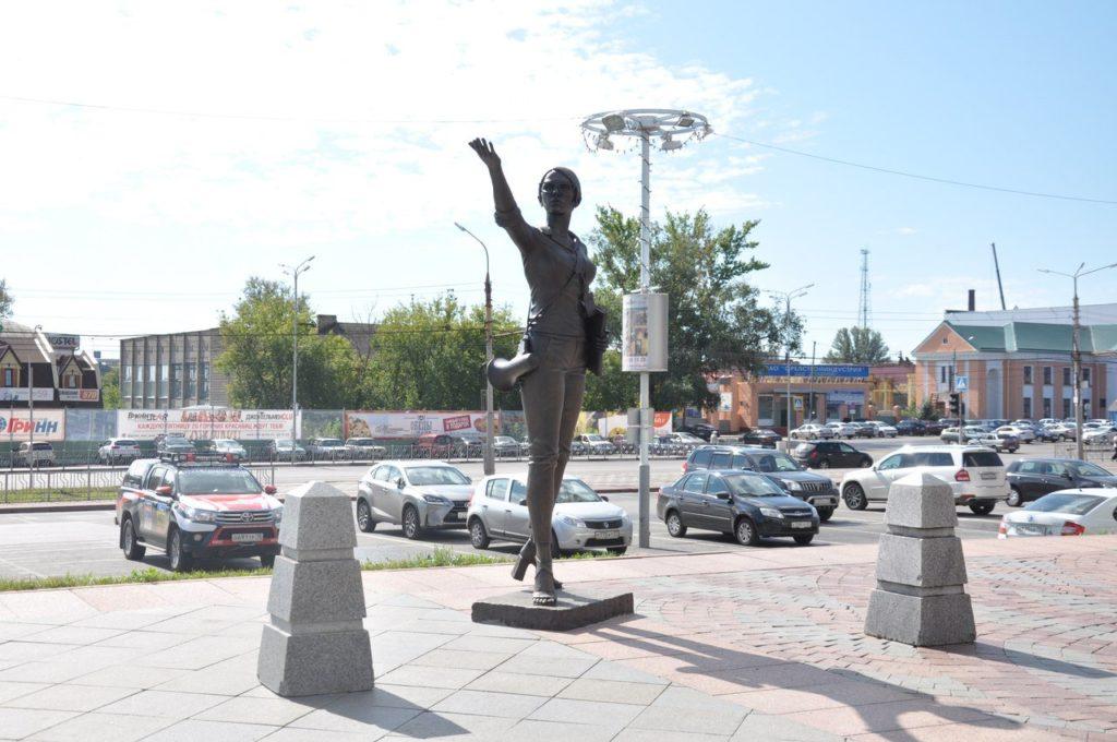 """Скульптура """"Гид-экскурсовод"""" в городе Орёл"""