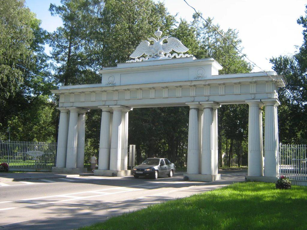Николаевские чугунные ворота в Павловске