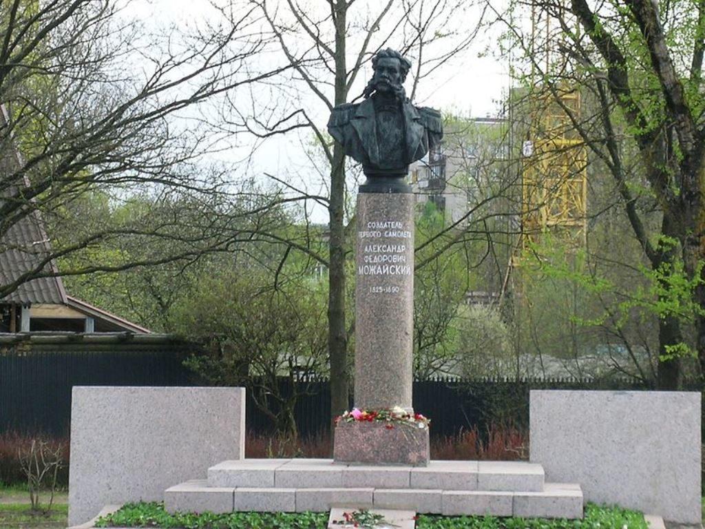 Памятник первому строителю самолетов А. Можайскому, г. Красное село