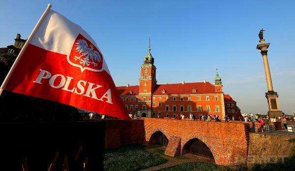 Польский флаг на фоне замка
