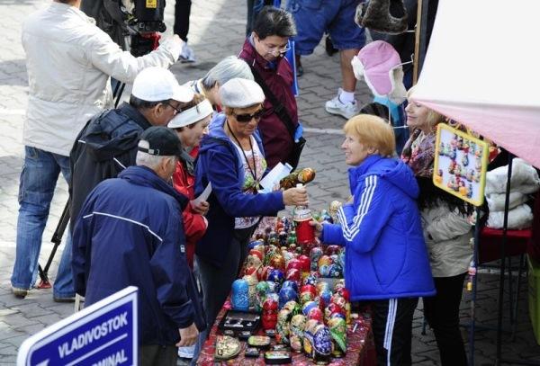 туристы покупают сувениры