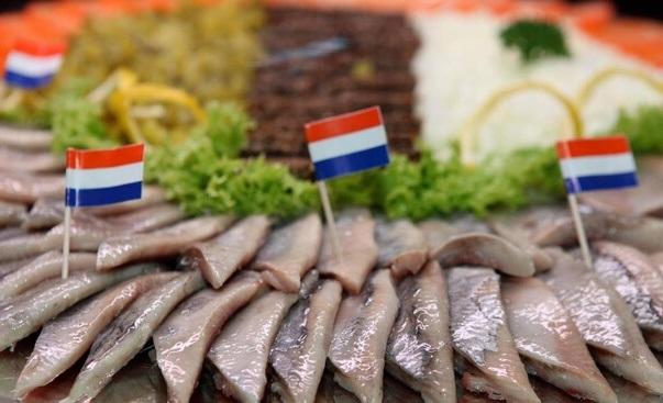 Традиционная нидерландская маринованная сельдь