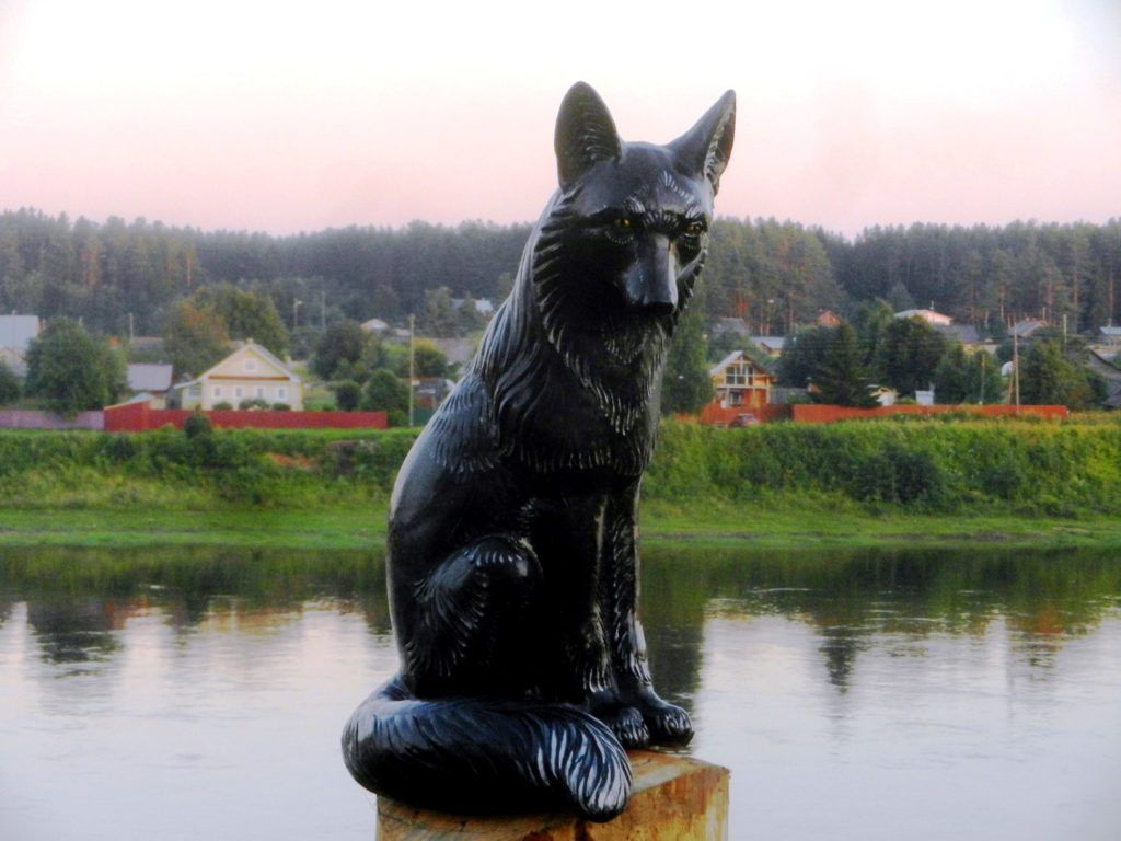 Скульптура черной лисы в Тотьме
