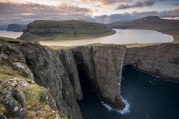 Озеро Сёрвагсватн на Фарерских островах