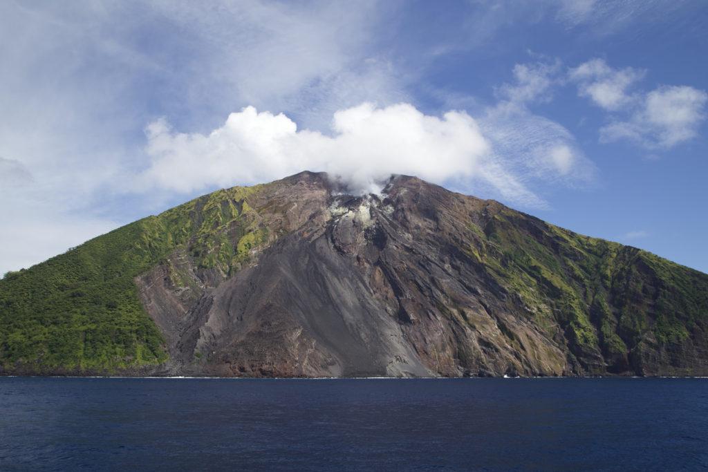 Вулкан Тинакула на Соломоновых островах