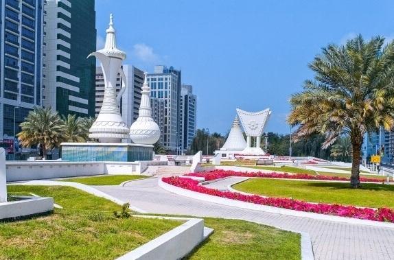 Символы Эмиратов на главной городской площади Абу-Даби