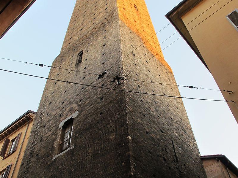 Башня Аццогуиди в Болонье