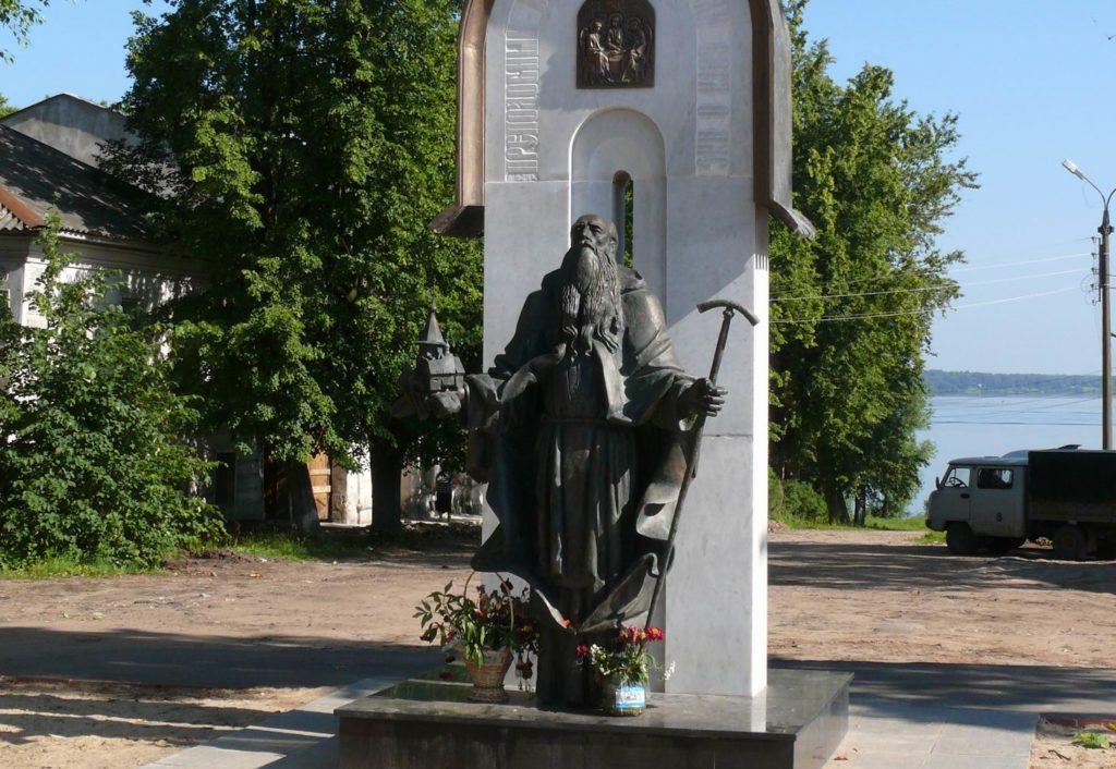 Памятник преподобному Макарию в Калязине