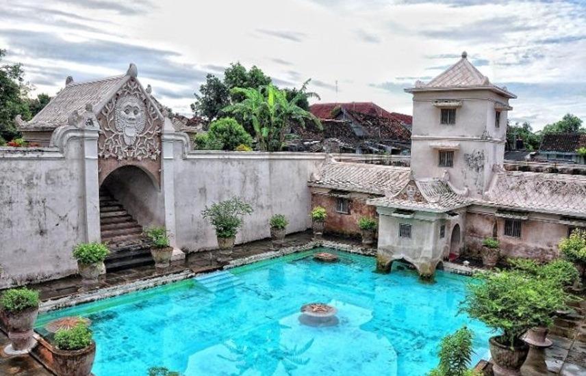 Водный замок Таман-Сари в Джакарте