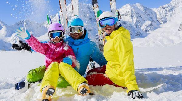 молодая семья на горнолыжном курорте