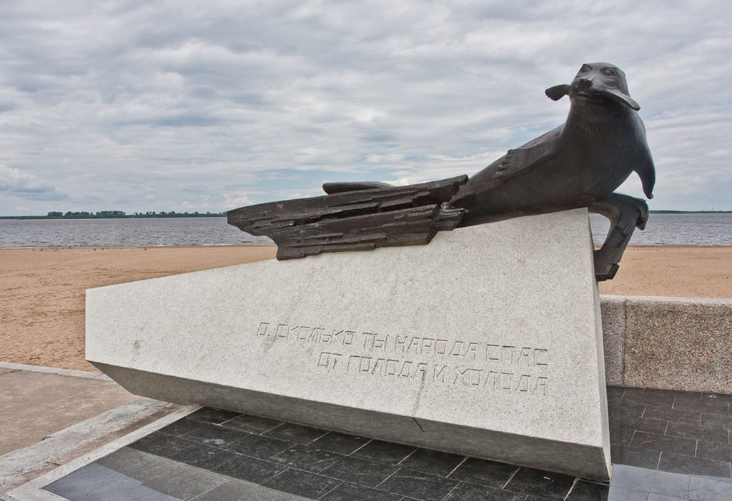 Памятник тюленю в Архангельске