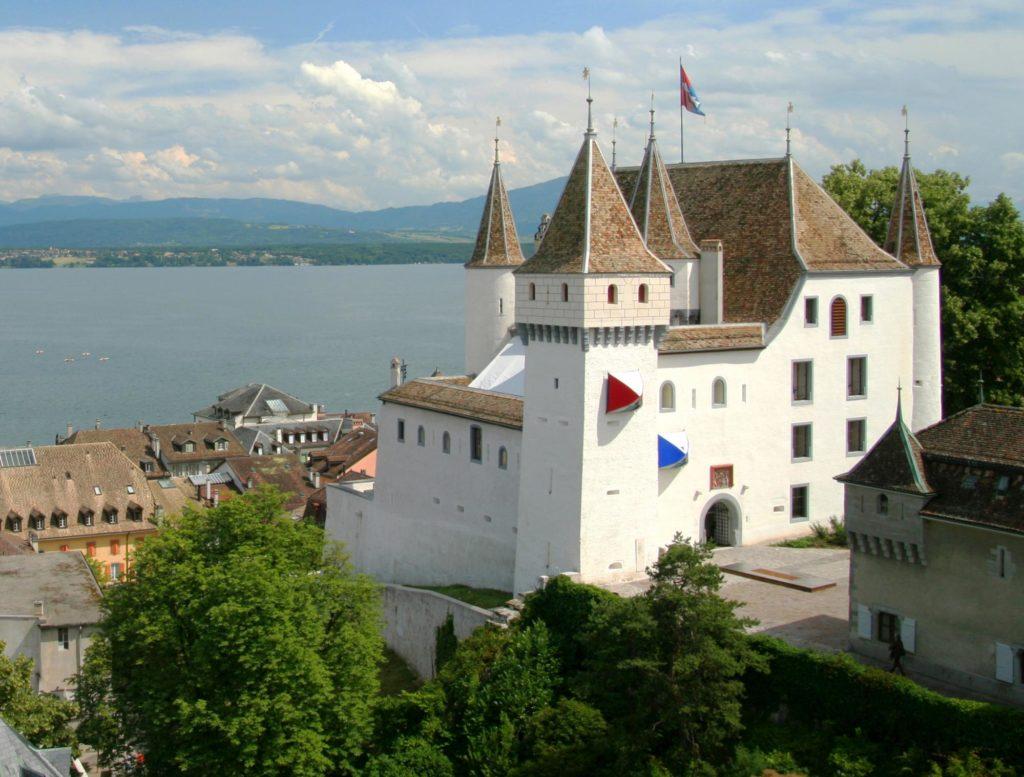 Белый замок в городке Ньон, близ Женевы