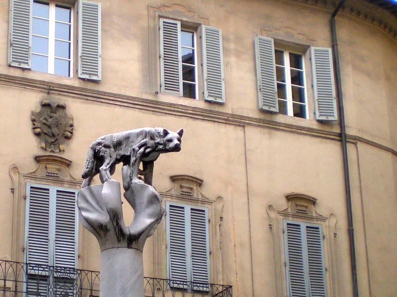 Символ контрады Волчицы в Сиене