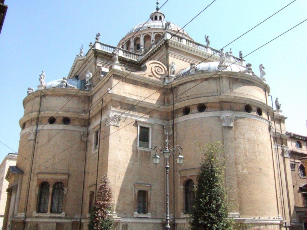 Базилика Богоматери за оградой в Парме