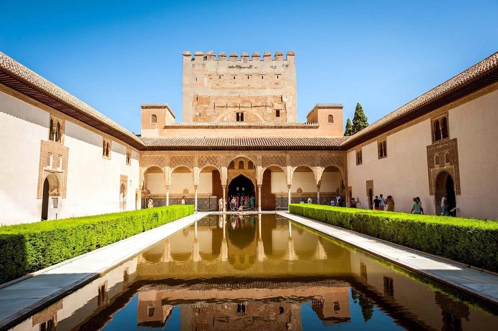 Дворцовый комплекс Альгамбра в Гранаде