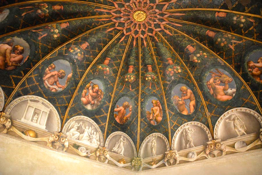 Одна из фресок Корреджо в монастыре