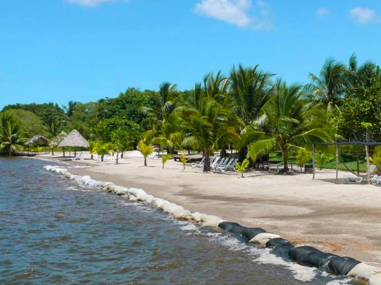 Пляж в Пуэрто-Барриос, Гватемала