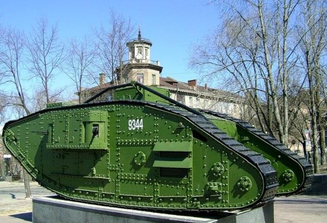Памятник трофейному британскому танку в Луганске