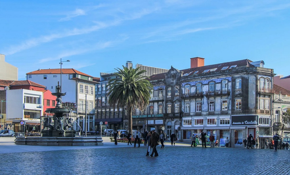 Площадь Тейшейра в Порту, Португалия