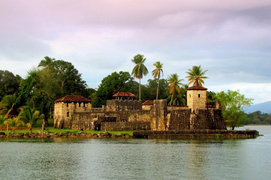 Крепость Сан-Фелипе-де-Лара в Гватемале