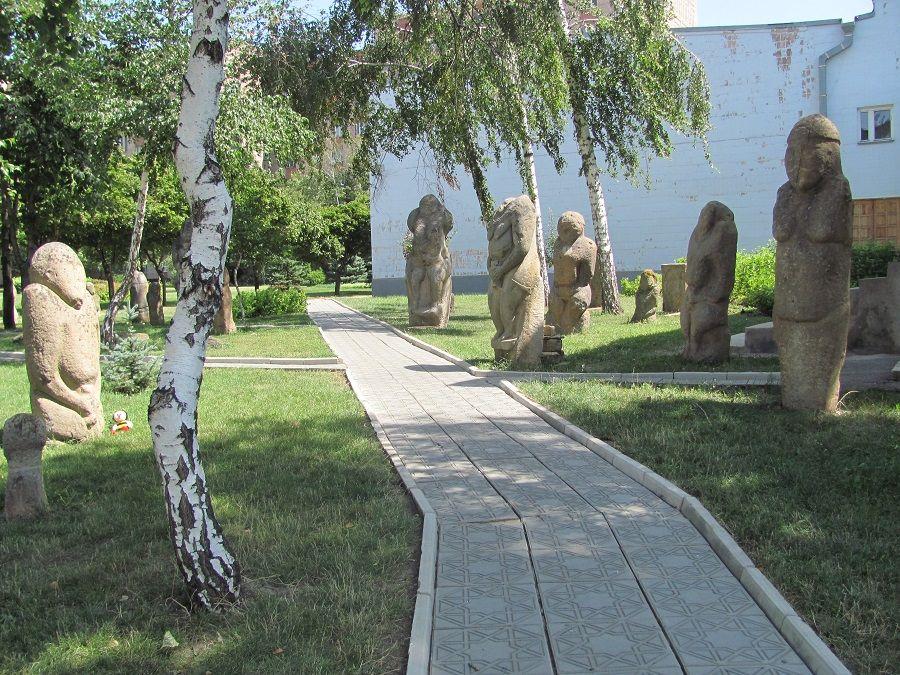 Парк-музей каменных баб в Луганске