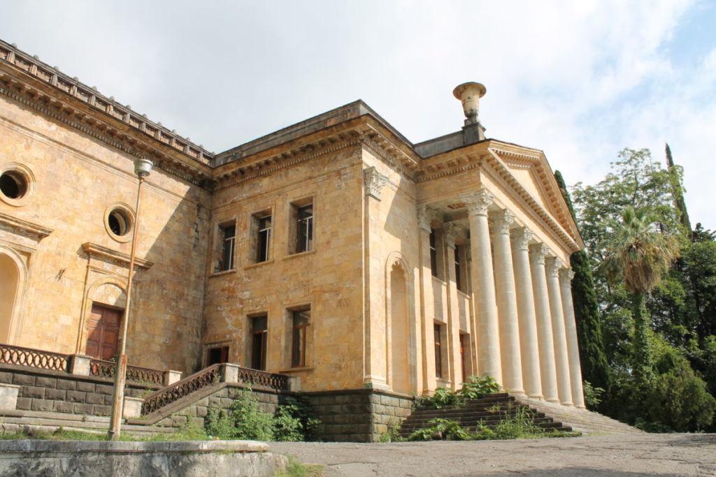 Бывший кинотеатр Гагра в Абхазии