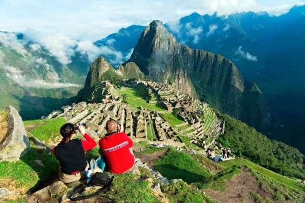 туристы на фотографируют Мачу Пикчу