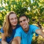 на фоне винограда саперави