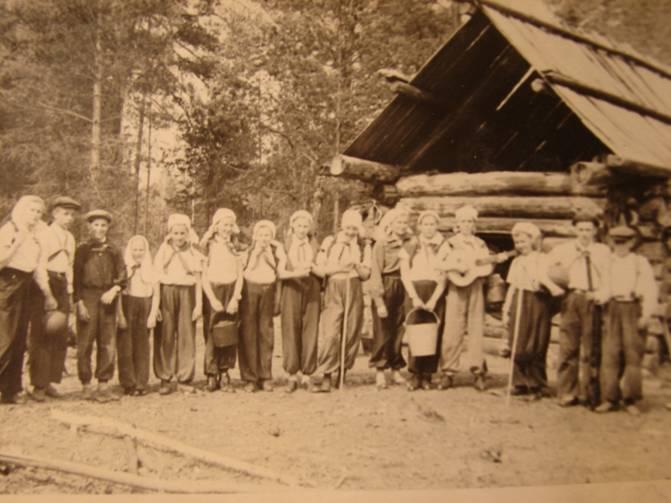 Студенты Уральского университета после совершенной в 60-е годы экспедиции
