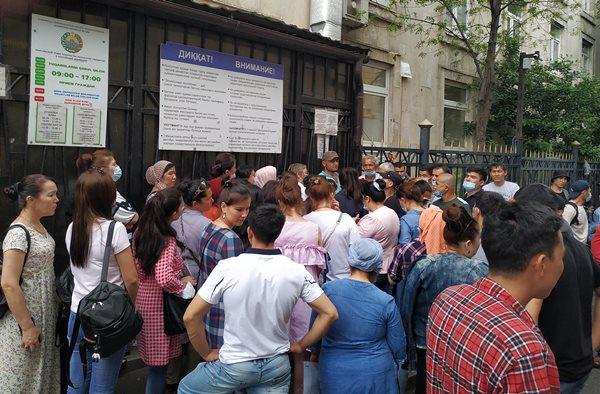 очередь перед посольством Узбекистана в Москве